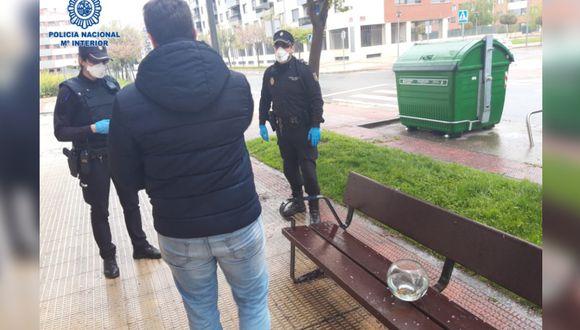 Con una pecera entre sus manos, el sujeto fue detenido y se le impuso una multa. (Foto: Twitter/Policía Nacional)