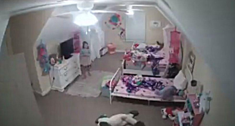 Se viralizó en Facebook y otras redes sociales el instante en que un desconocido intenta conversar con una niña a través de una cámara de seguridad. (Foto: Captura)