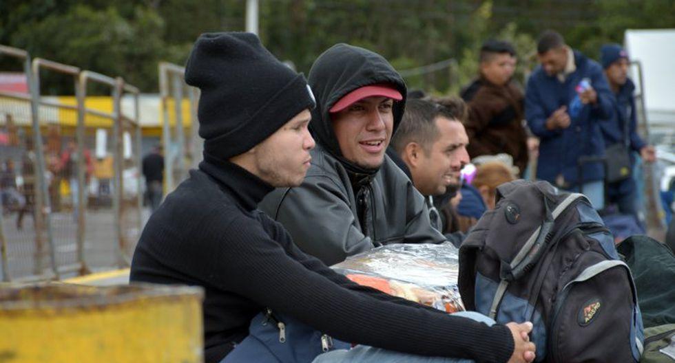 Los venezolanos se reúnen de momento en las afueras de la capital de la provincia del Carchi, fronteriza con Colombia, para iniciar en grupo la caminata. (Foto: EFE)