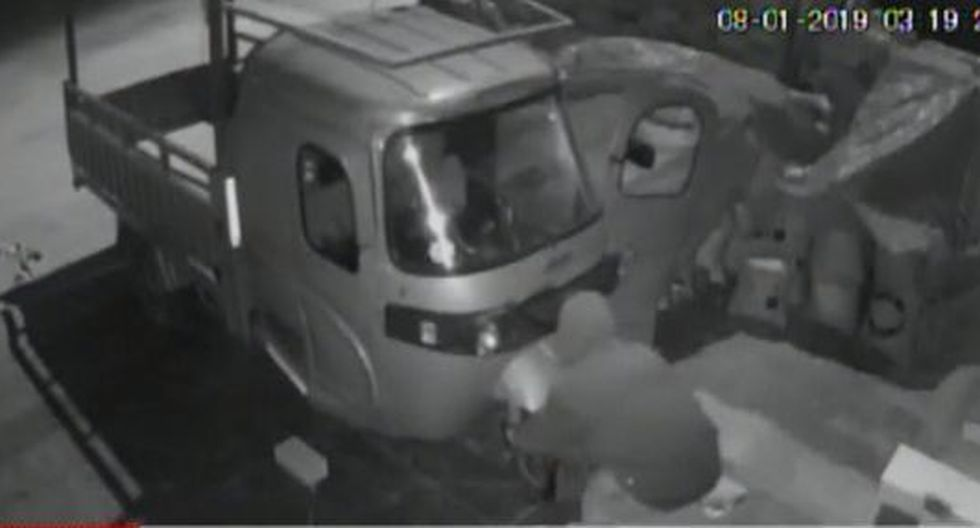 El momento fue registrado por una cámara de seguridad. (Foto: Captura/América Noticias)