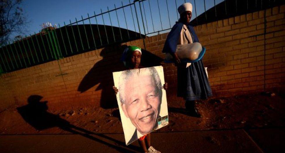 Sudafricanos esperan la recuperación del ex presidente Nelson Mandela (Foto: AFP)