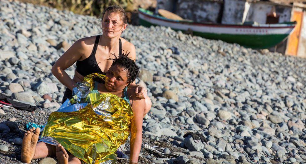 Bañistas en España ayudan a migrantes a llegar a playa. (Reuters)