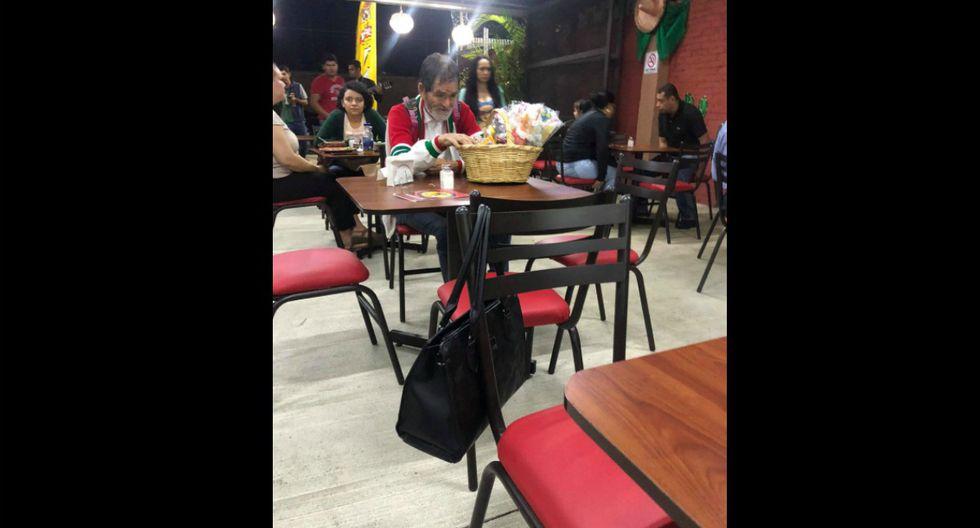Se viralizó el gesto de un niño, quien invitó alimento a un hombre que vendía paletas en la calle. (Foto: Facebook/Karen Espinoza Melgarejo)
