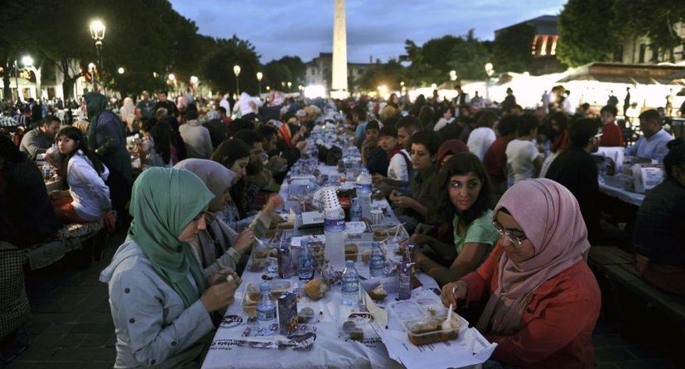 Turcos celebran el primer día del Ramadán (Foto: AFP)