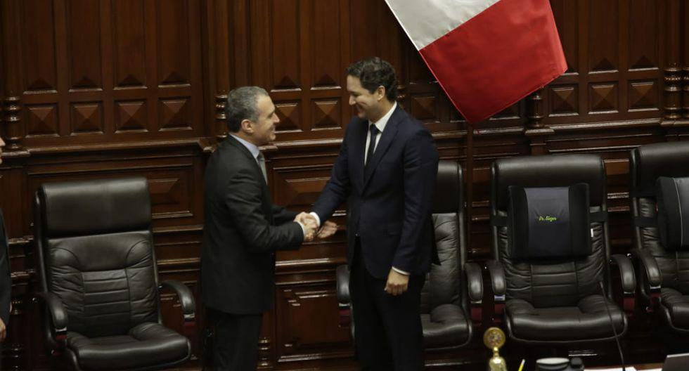 El presidente del Consejo de Ministros y el presidente del Congreso, Daniel Salaverry, fueron los primeros en saludarse. (Foto: Anthony Niño De Guzmán / GEC)