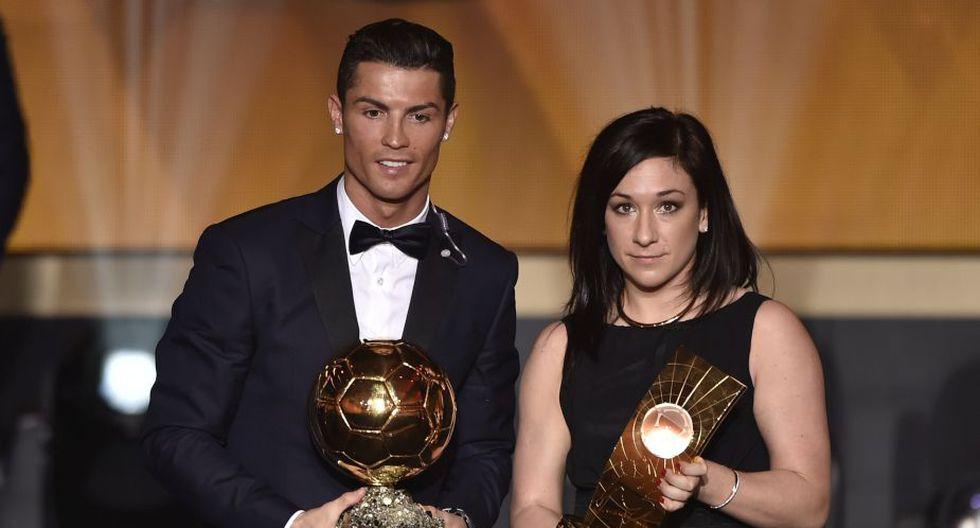 Cristiano junto a la volante alemana Nadine Kessler con su premio a mejor jugadora femenina. (Foto: AFP)