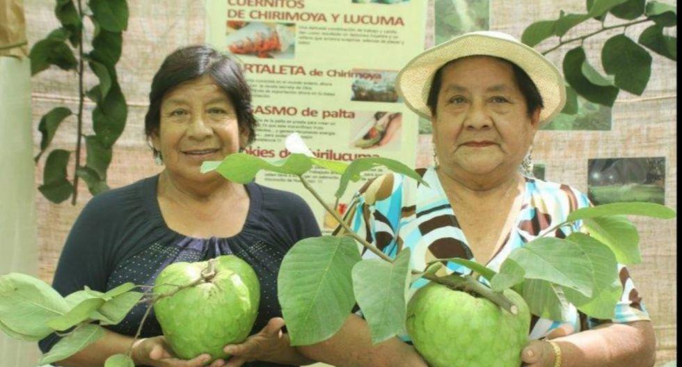 Productores de chirimoya muestran orgullosos las frutas que cosechan en sus chacras. (Foto: Roxana López)