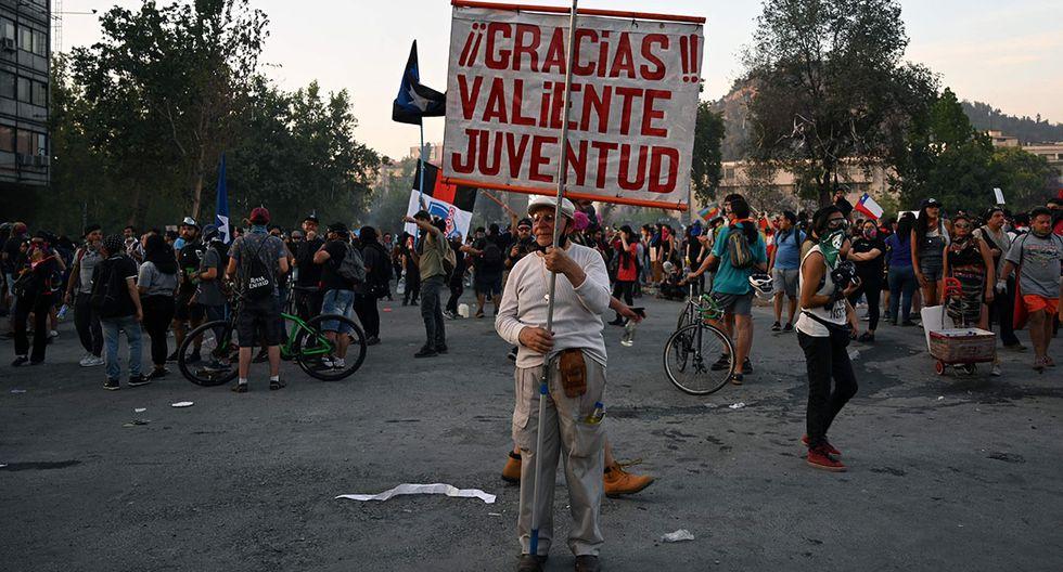 """Un anciano sostiene un cartel que dice """"Gracias, valiente joventud"""" durante una protesta contra el gobierno en Santiago de Chile. (Foto: AFP)"""