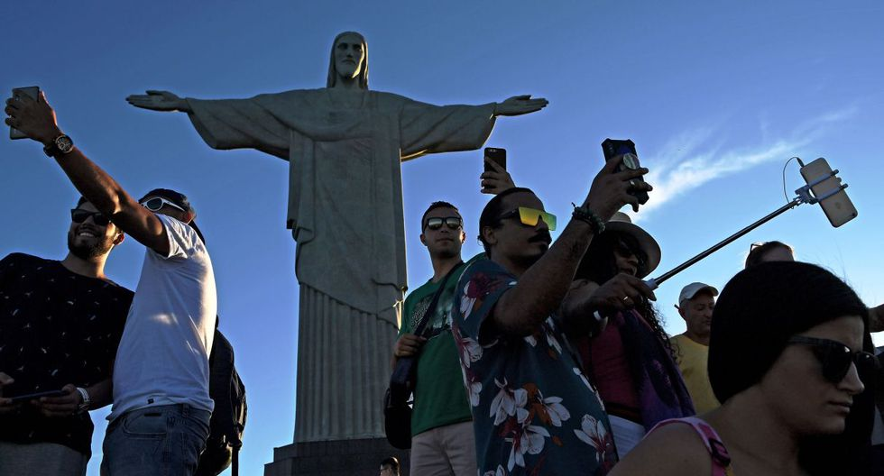 En Río de Janerio, una danza de selfies a los pies del Cristo Redentor. (Foto: AFP)