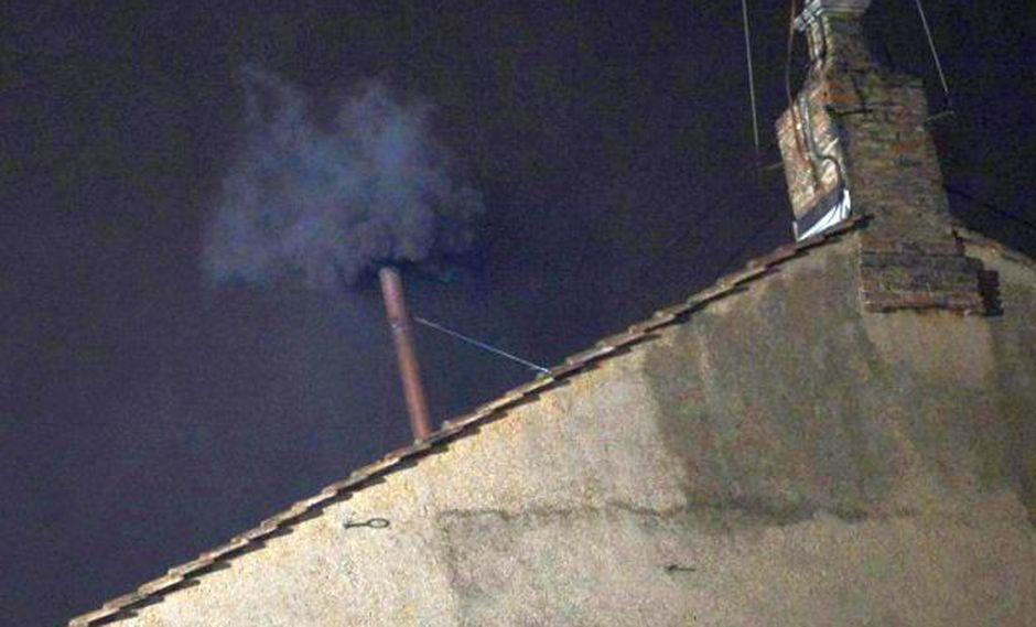 El humo negro en la chimenea de la Capilla Sixtina (Foto: AFP)