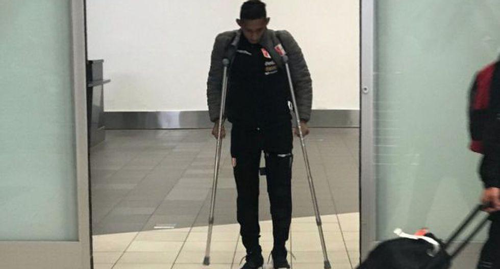 Gonzáles se trasladó por las instalaciones del Aeropuerto Internacional Jorge Chávez por sus propios medios, con la ayuda de unas muletas.(Foto: Twitter Jorge Solari)