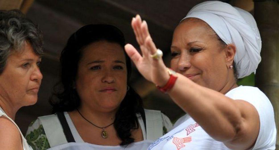 Piedad Cordoba, ex senadora colombiana junto a la delegada de la Cruz Roja. (Foto: AFP)