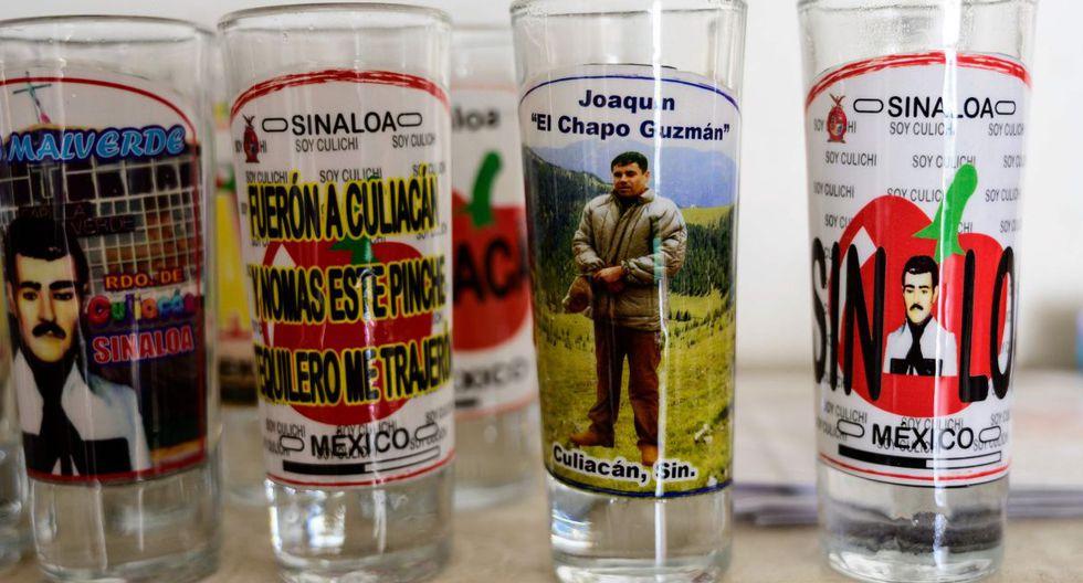 Se exhibe un vaso con una foto del señor de la droga mexicano Joaquín 'El Chapo' Guzmán, en una tienda junto a la capilla del narco Jesús Malverde en Culiacán, estado de Sinaloa. (Foto: AFP)