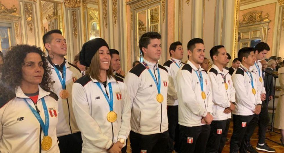 Los deportistas que consiguieron medallas recibieron de manos de Martín Vizcarra la condecoración de orden al mérito por servicios distinguidos. (Foto: Difusión)