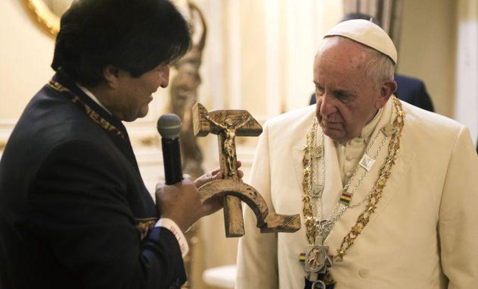 Evo Morales defiende así el peculiar crucifijo que le regaló al Papa Francisco