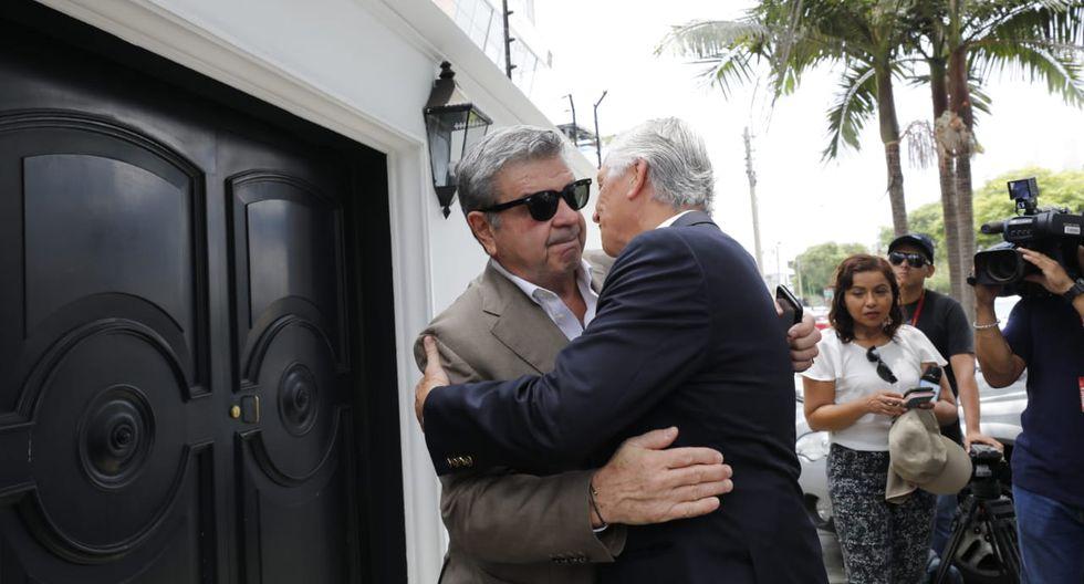 Los familiares de Javier Pérez de Cuéllar reciben las condolencias. (Foto: Piko Tamashiro/ GEC)