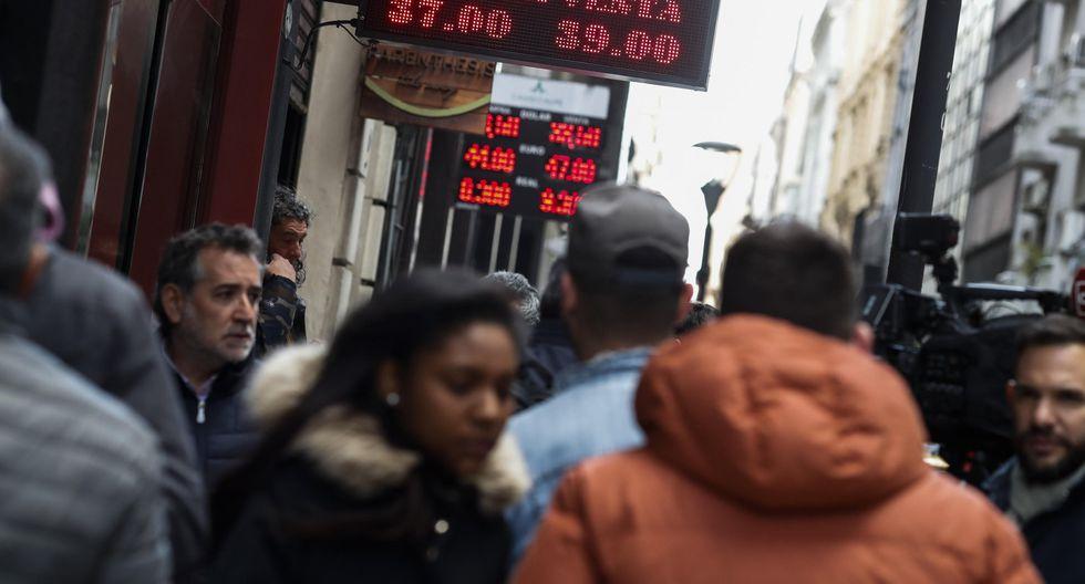3. Crisis cambiaria en Argentina. La devaluación del peso llevó al gobierno de Mauricio Macri a solicitar un rescate financiero al FMI. Pese a esta y otras acciones, la divisa aún reporta una caída de más de 50%. (Foto: EFE)