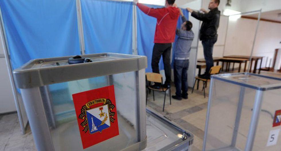 Empleados instalan puestos de votación en la estación de Sebastopol. (Foto: AFP)