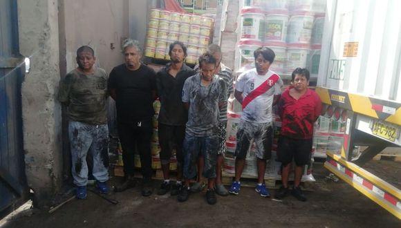 Los sujetos fueron detenidos en el momento que trasladaban la mercadería robada a otro camión. (Foto: Difusión)