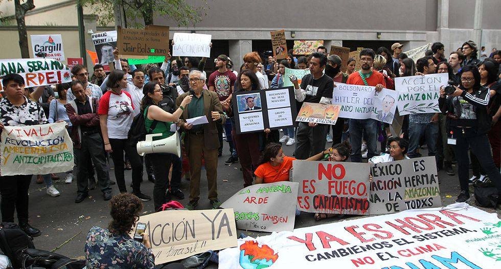 En Ciudad de México, docenas de personas protestaron en la embajada brasileña. (Foto: EFE)