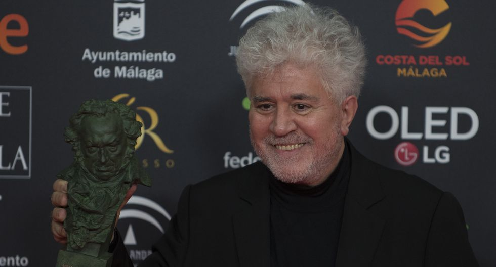El director de cine español Pedro Almodóvar posa con el premio Goya a la mejor dirección para 'Dolor y Gloria' . (Foto: AFP)