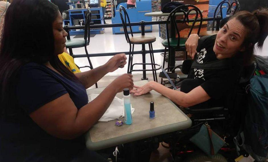 Salón de uñas no quiso atender a joven con discapacidad, y una extraña tuvo un gesto ejemplar | FOTOS
