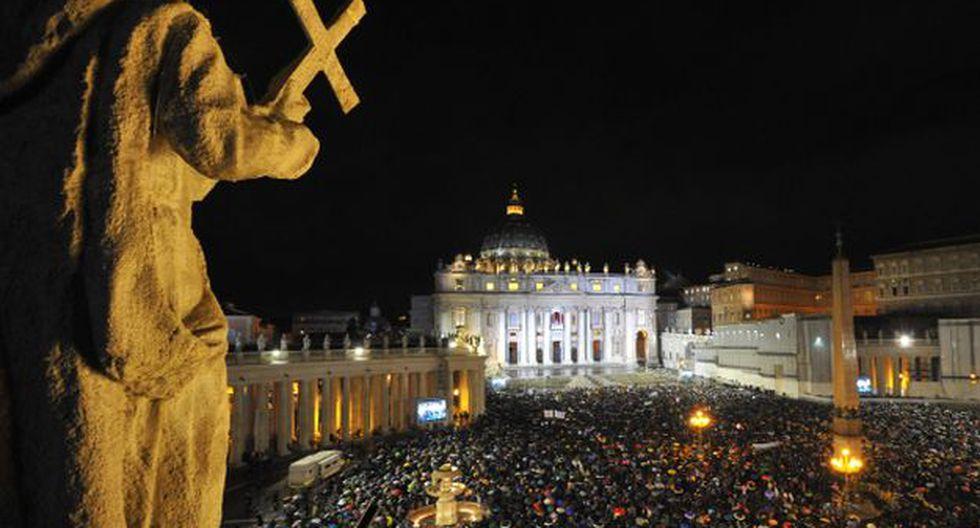 Miles de fieles de todas las partes del mundo se congregaron en la Plaza San Pedro esperando la fumata blanca.