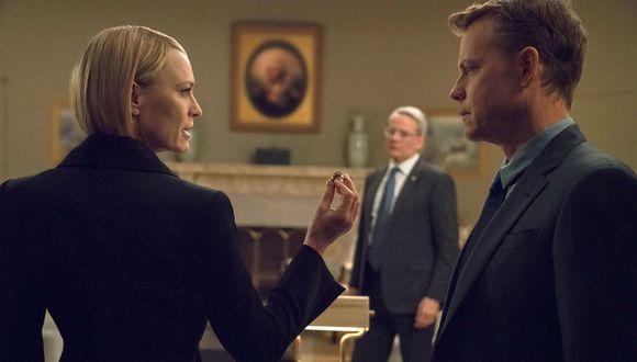 Claire Underwood (Robin Wright) discute con el multimillonarioBill Shepherd (Greg Kinnear) en el despacho oval. En el fondo los observa a su vicepresidenteMark Usher (Campbell Scott).(Foto: Netflix)