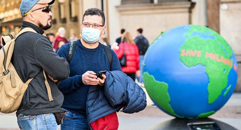 Un hombre con una máscara protectora visita la Galería Vittorio Emanuele II, en el centro de Milán, luego de tomar medidas de seguridad en el norte de Italia contra el COVID-19, el nuevo coronavirus. (Foto: AFP)