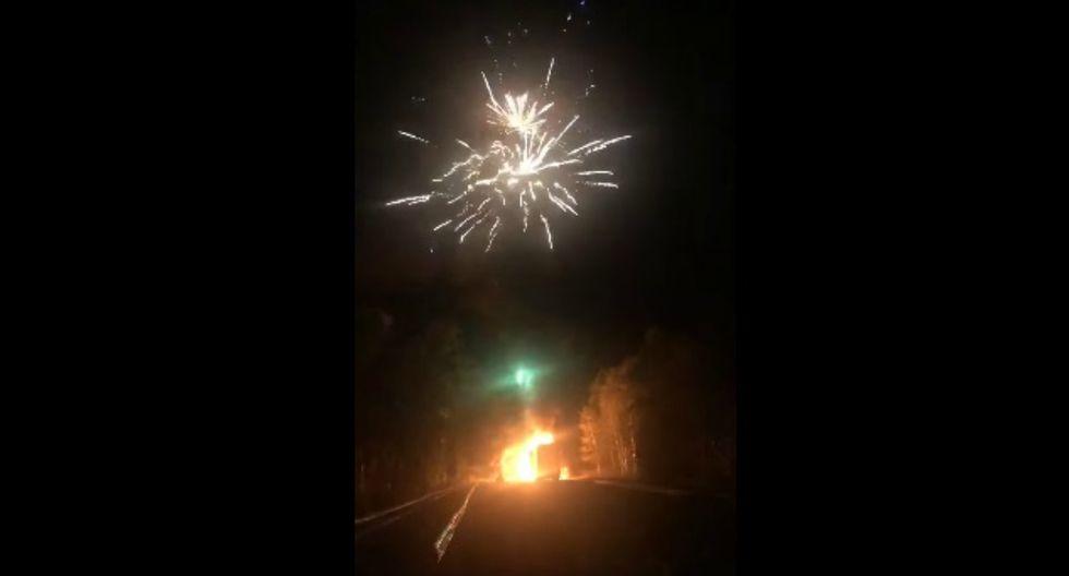 Un camión que transportaba fuegos artificiales se incendió en plena carretera de Rusia. (Foto: Captura)