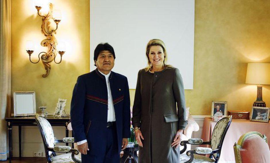 Reina holandesa Maxima posa junto al presidente de Bolivia, Evo Morales, en su residencia en Wassenaar. (Foto: AFP)