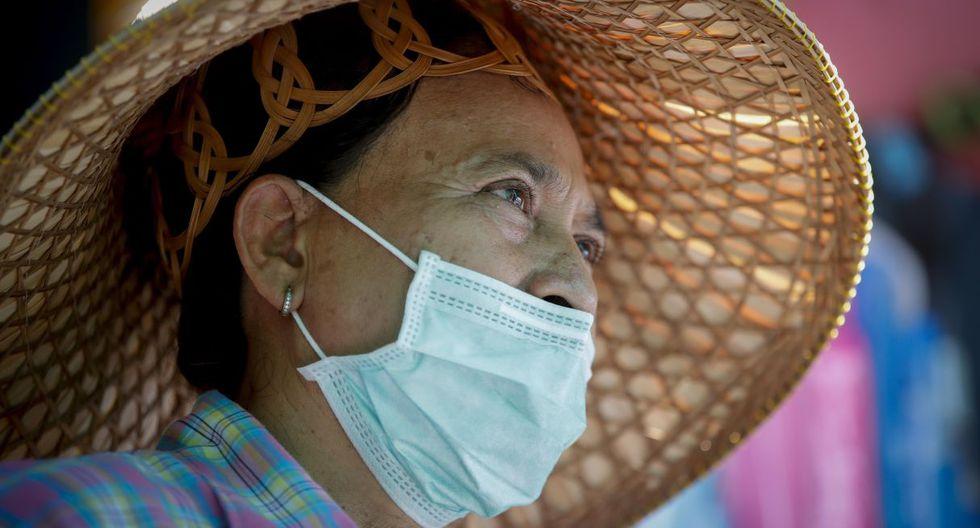 La Autoridad de Turismo de Tailandia ha rebajado la previsión de llegadas de turistas para este año de 40,8 a 36 millones. En la imagen, Nuanphan Sukho, que dirige una tienda cerca del Gran Palacio Real en Bangkok. (EFE).