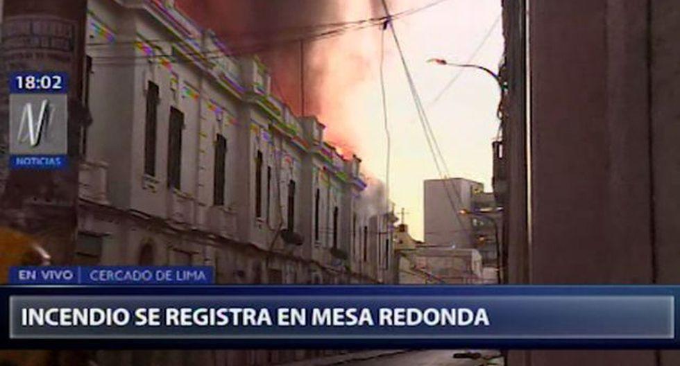Se observa que debido a las altas temperatura del incendio, estructuras del edificio caen y algunas lunas están explotando. (Foto: Captura Canal N)