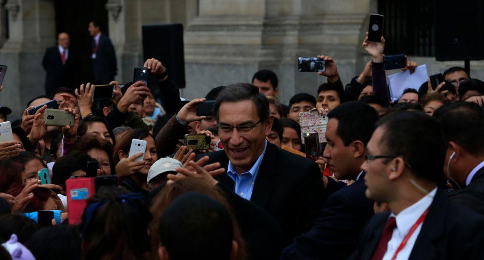 El presidente Martín Vizcarra saludó a decenas de personas que ingresaron al patio principal de Palacio de Gobierno. (Foto: Rolly Reyna / GEC)