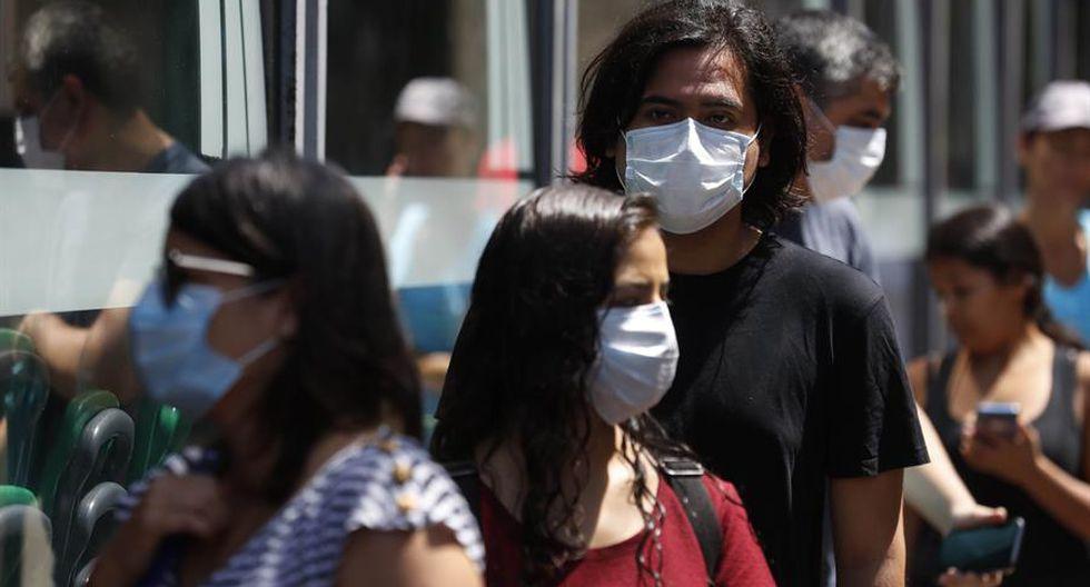 """""""La gran mayoría de nuestra población quiere usar mascarillas y se encuentra con un mercado que le pone precios altísimos, inaccesibles"""", comentó Zamora.  (Foto: EFE)"""