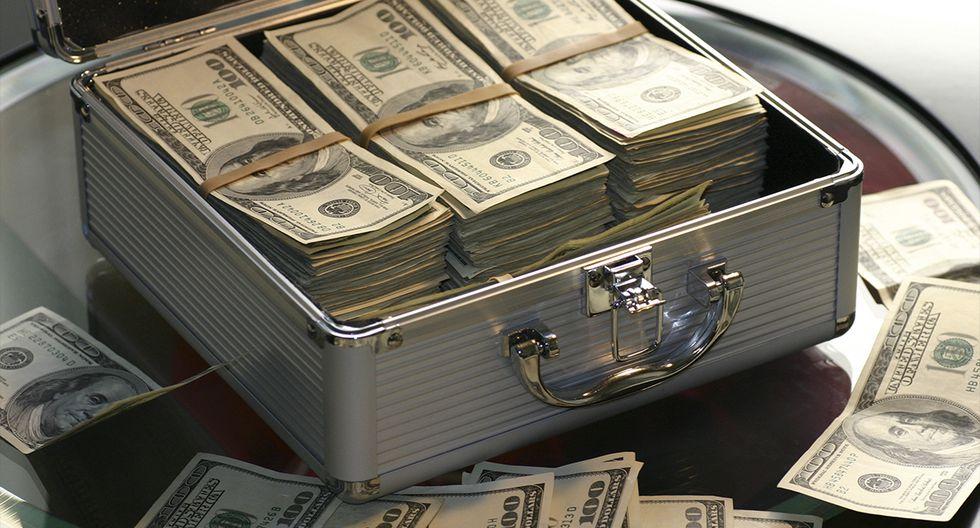 Howard Kirby encontró 43.000 dólares en un sofá que compró por 35 dólares. (Pexels)