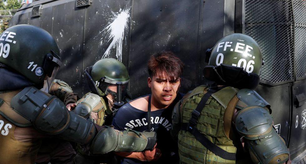"""Más de 10 mil personas se concentraron pacíficamente por demandas sociales en el centro de Santiago, en lugar de la """"gran marcha"""" prevista para el martes hacia la sede de la presidencia de Chile, cercada por policías que enfrentaban distintos incidentes violentos con otros manifestantes. (Foto: AFP)"""