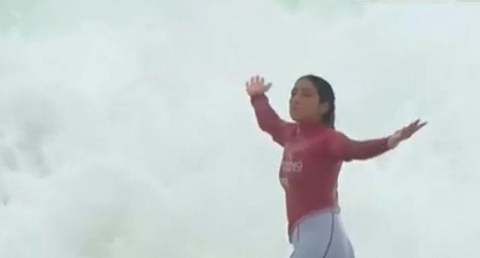 El gesto de orgullo de Daniella Rosas tras finalizar una gran ola con puntaje excelente. (Foto: Captura Latina)