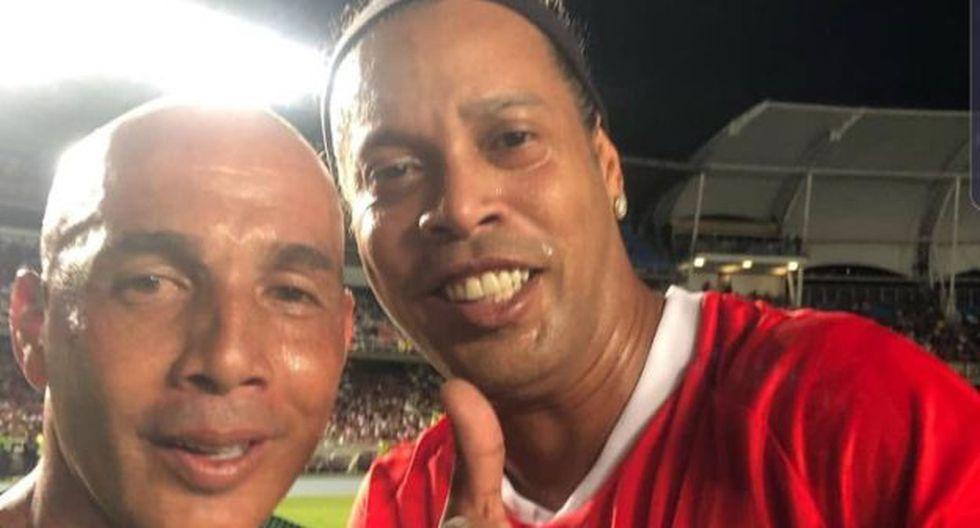 Ronaldinho se puso las camisetas de América de Cali y Deportivo Cali en partido. (Foto: @Mayer10oficial9 ·