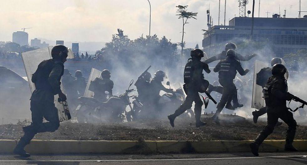 Los miembros de la Guardia Nacional Bolivariana que se unieron al líder opositor venezolano y al autoproclamado presidente Juan Guaidó dispararon al aire para repeler a las fuerzas leales al presidente Maduro. (Foto: AFP)