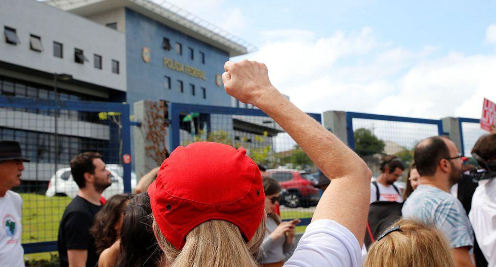 Manifestantes se reúnen a las afueras de la prisión donde permanece el ex presidente Lula da Silva, a la espera de su salida. (Foto: EFE)
