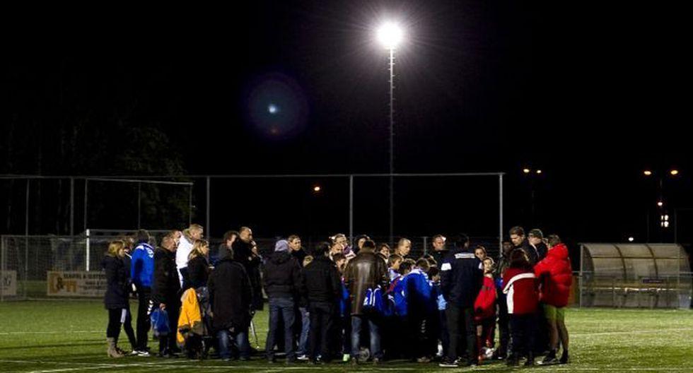 Personas reunidas en estadio de Almere. (Foto: AFP)