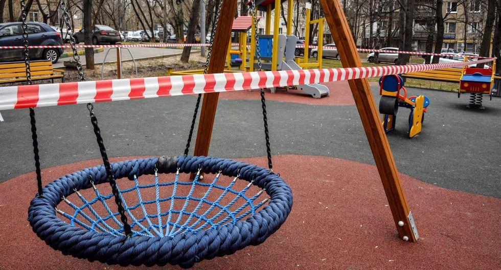 Un parque infantil se ve cerrado en Moscú, ya que la ciudad y sus regiones circundantes impusieron bloqueos hoy, que fueron seguidos por otras regiones rusas en un intento por frenar la propagación del nuevo coronavirus. (Foto: AFP/Alexander Nemenov)