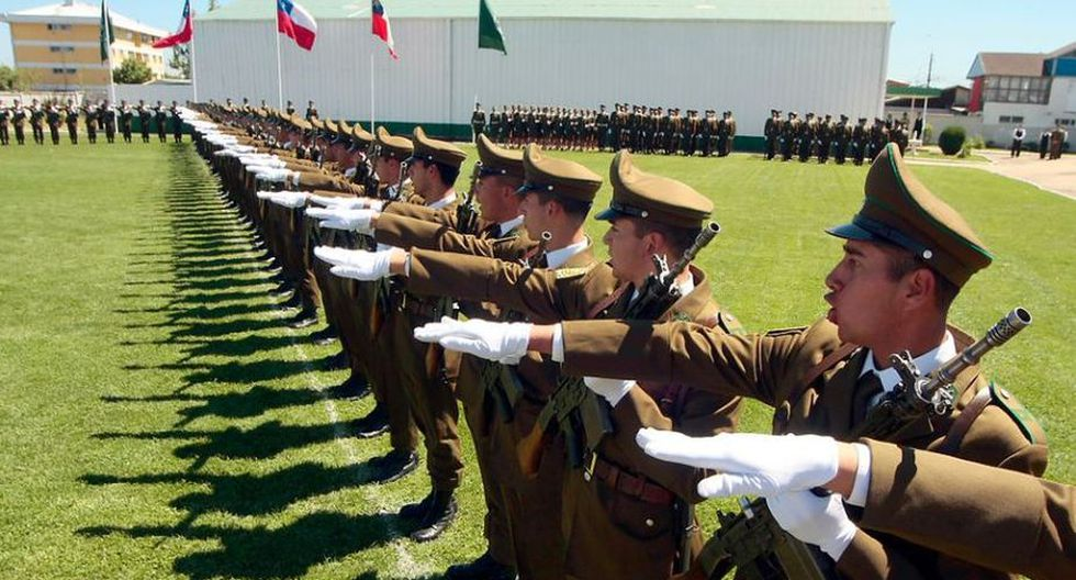 Efectivos de Carabineros de Chile realizando el saludo romano. Foto: Agencia Uno
