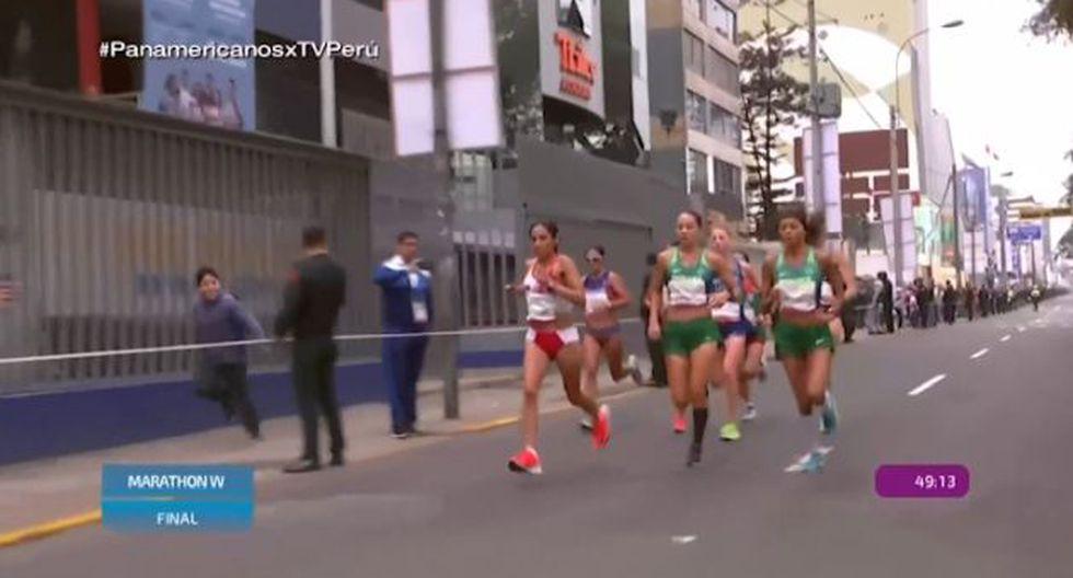 Un niño puso la imagen tierna del día al correr al lado de Gladys tejeda. (Captura: TV Perú)