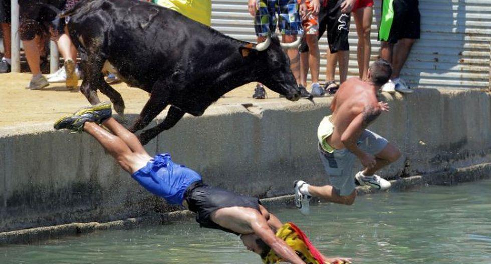 "En Denia, España, celebran el \""Bous a la mar\"" -Toros al mar- (Foto: AFP)"