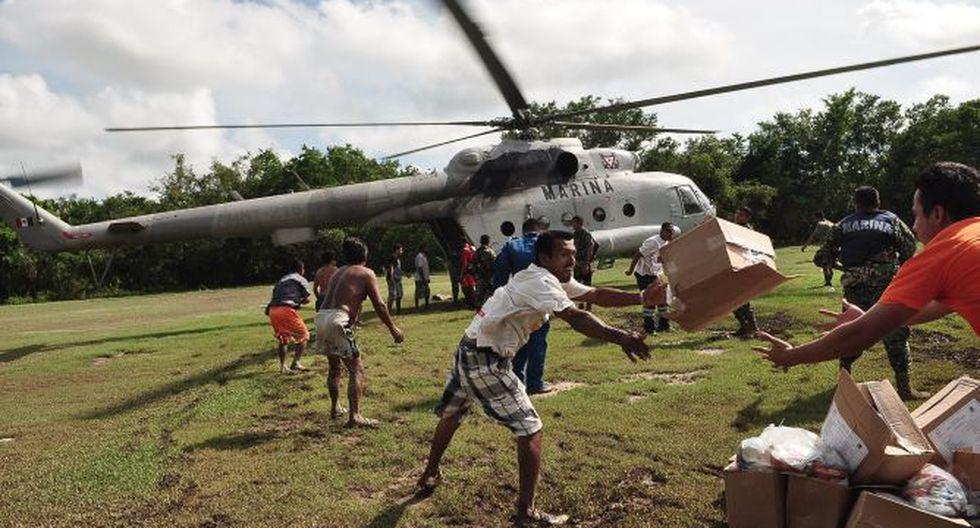 Helicóptero naval llegó a Acapulco con víveres para auxiliar a miles de turistas atrapados por las inundaciones. (Foto: AFP)