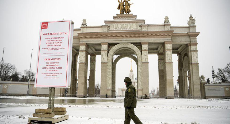 Un oficial de seguridad está de guardia frente a la entrada principal del Centro Panruso de Exposiciones, una feria comercial y parque de atracciones en Moscú el 31 de marzo de 2020, en medio de la propagación del coronavirus. (Foto: AFP/Kirill Kudryavtsev)