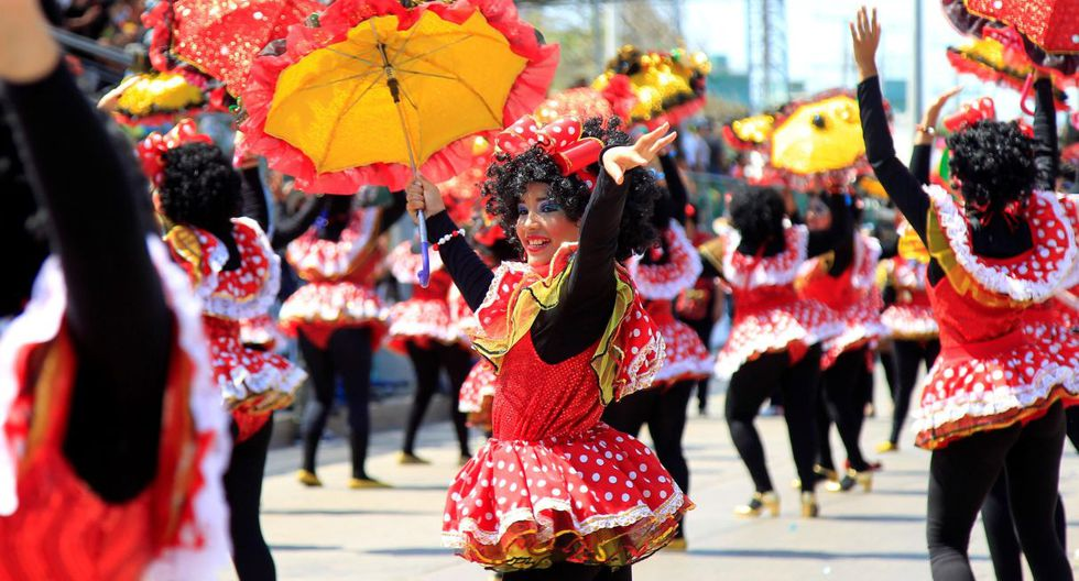 En total fueron más de quince mil músicos y bailarines que hicieron un gran despliegue de colorido e impecable puesta en escena, rebosante de creatividad y alegría que contagió a los lugareños y visitantes. (EFE).