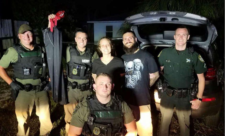 Criminales posan sonrientes para la foto con los oficiales que los arrestaron | VIDEO